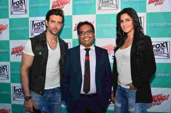 01-Hrithik Roshan & Katrina Kaif with Mr.Shital Mehta,CEO Pantaloons@launch of Bang Bang inspired Pantaloons Collection