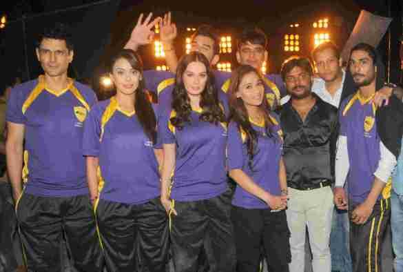 10. Team Rowdy Bangalore (Niketan Madhok, Hrishita Bhatt, Evelyn Sharma,Paras Chhabra, Sara Khan, Ravi Kishan, Mayank Singh, Prateik Babbar) DSC_2532
