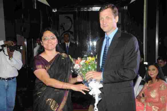 9. Mr.Thomas Vajda (Consul General, US Consulate, Mumbai) Mr.Ravi Whabi (Director, West Campus)  felicitated DSC_5480