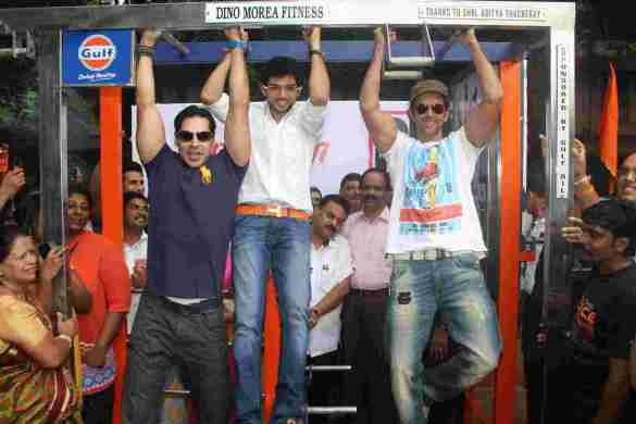 Dino Morea, Aaditya Thackeray &  Hrithik Roshan at the launch of DM Fitness in Matunga Five Gardens 1 - Pic by Siddhant Gill