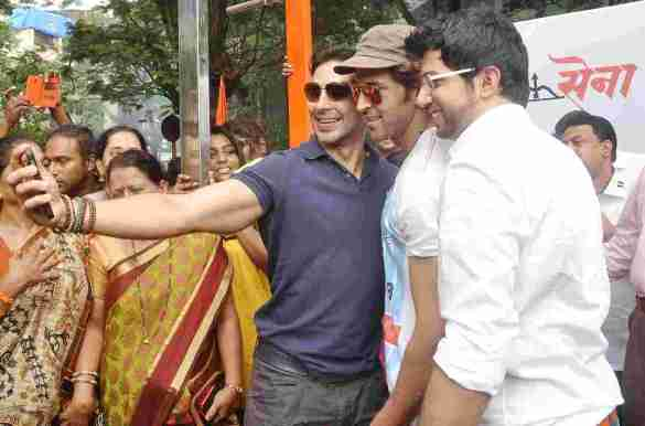 Dino Morea, Hrithik Roshan and Aaditya Thackeray click a selfie 2 at Dino's DM Fitness launch in Matunga Five Gardens