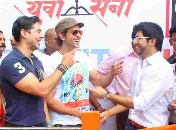 Dino Morea, Hrithik Roshan and Aaditya Thackeray share a moment at Dino's DM Fitness launch in Matunga Five Gardens - Pic by Siddhant Gill