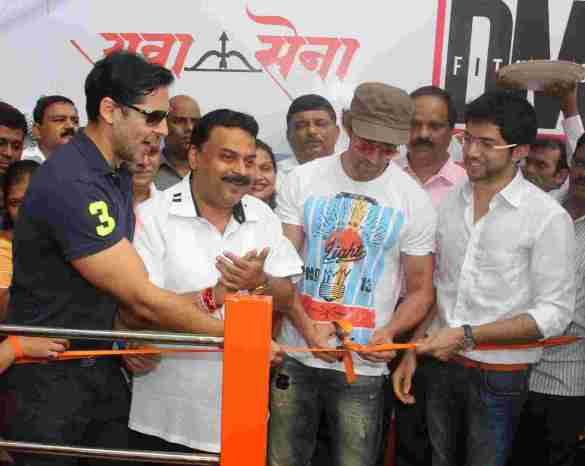 Dino Morea, Sunil Prabhu, Hrithik Roshan and Aaditya Thackeray at Dino's DM Fitness launch in Five Gardens Matunga - Pic by Siddhant Gill