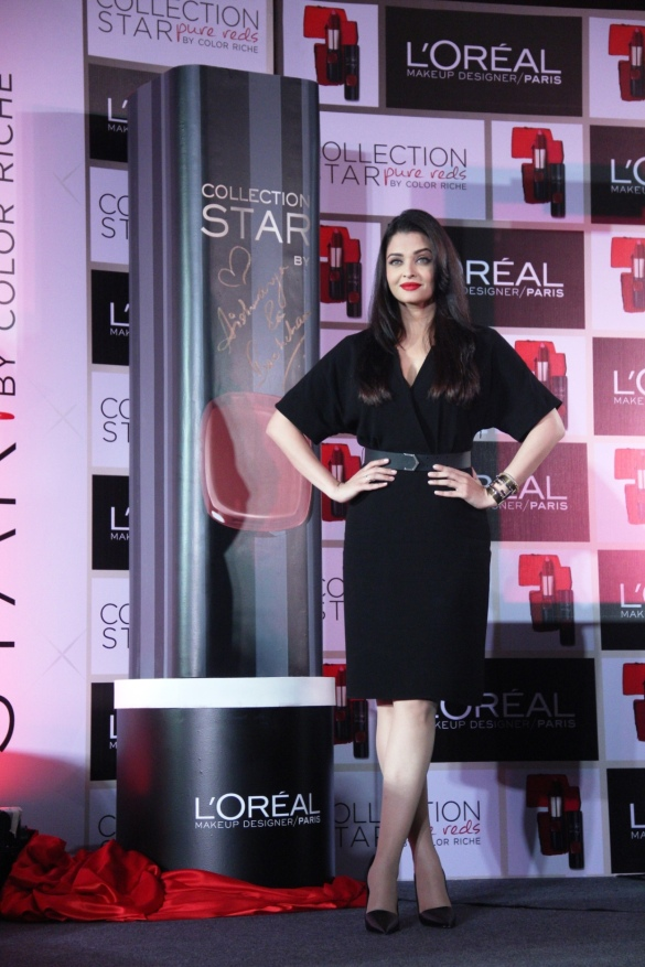 Aishwarya Rai Bachchan with her Lipstick shade at L'Oreal Paris Pure Reds Launch_1