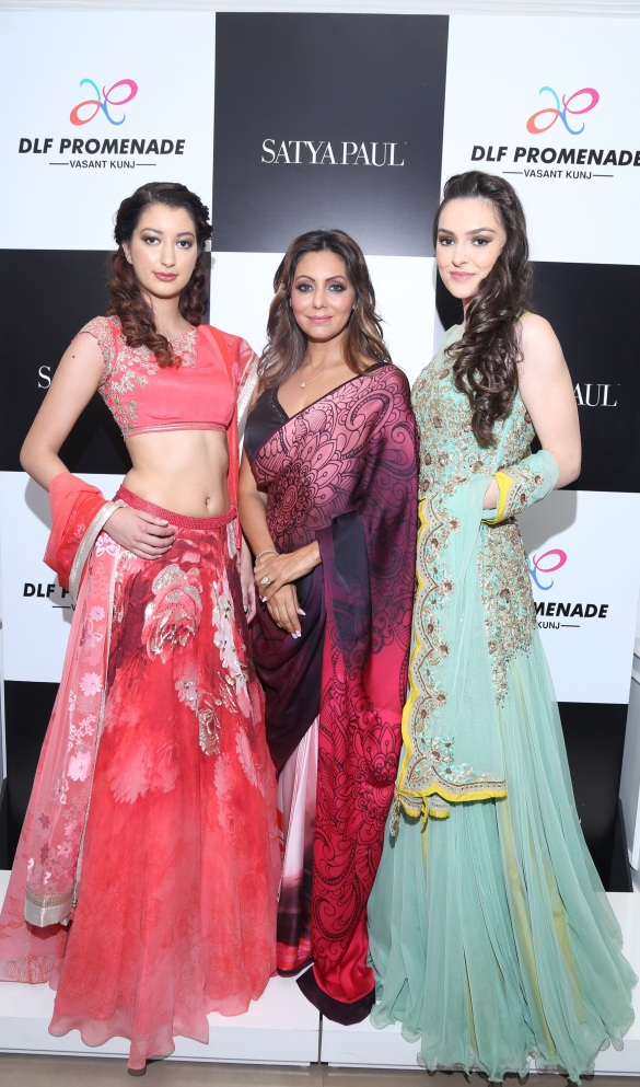 Gauri Khan With Models Wearing Her Collection Cocktails ANd Dreams For Satya Paul At The Satya Pual Store (1)